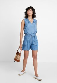 Marc O'Polo - PATCHED POCKETS - Jeansshorts - light blue denim - 1