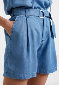 Marc O'Polo - PATCHED POCKETS - Jeansshorts - light blue denim - 3