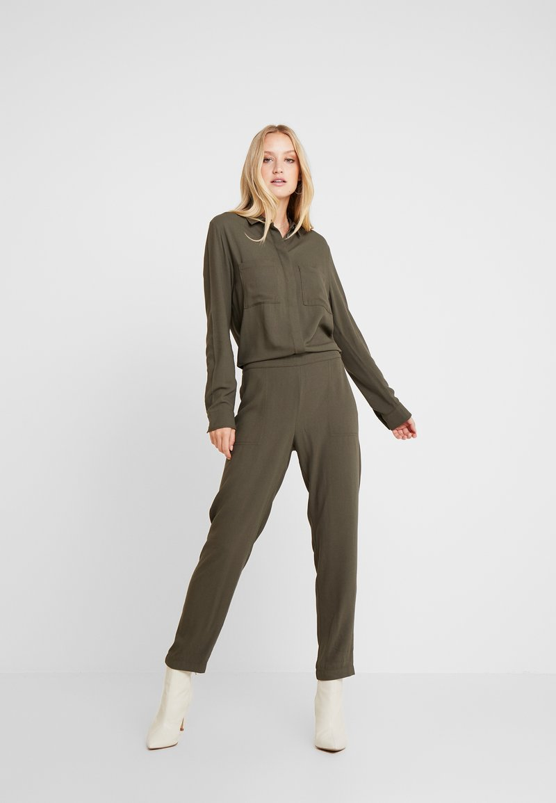 Marc O'Polo - OVERALL ATTACHED POCKETS AT BREAST ELASTIC WAIST - Overall / Jumpsuit /Buksedragter - workers olive