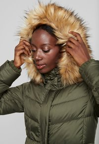 Marc O'Polo - COAT LONG FILLED HOOD - Donsjas - workers olive - 4