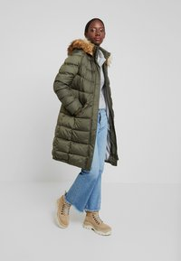 Marc O'Polo - COAT LONG FILLED HOOD - Donsjas - workers olive - 1