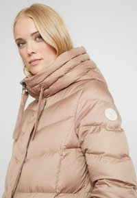 Marc O'Polo - COAT LONG FILLED FIX HOOD FLAP POCKETS CUFFS - Dunkåpe / -frakk - tender fawn - 4