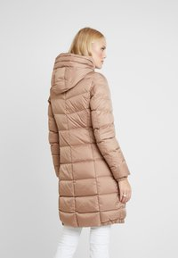 Marc O'Polo - COAT LONG FILLED FIX HOOD FLAP POCKETS CUFFS - Dunkåpe / -frakk - tender fawn - 2