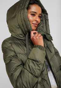 Marc O'Polo - COAT LONG FILLED FIX HOOD FLAP POCKETS CUFFS - Down coat - workers olive - 3