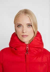 Marc O'Polo - BIG PUFFER COAT HOOD WELT POCKETS WITH HIDDEN PRESSBUTTO - Dunkåpe / -frakk - cranberry red - 5