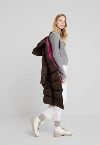 Marc O'Polo - BIG PUFFER COAT HOOD WELT POCKETS WITH HIDDEN PRESSBUTTO - Dunkåpe / -frakk - coffee bean - 3
