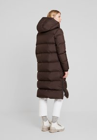 Marc O'Polo - BIG PUFFER COAT HOOD WELT POCKETS WITH HIDDEN PRESSBUTTO - Dunkåpe / -frakk - coffee bean - 2