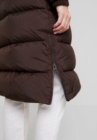 Marc O'Polo - BIG PUFFER COAT HOOD WELT POCKETS WITH HIDDEN PRESSBUTTO - Dunkåpe / -frakk - coffee bean - 6