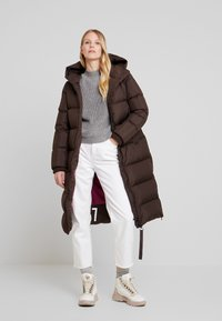 Marc O'Polo - BIG PUFFER COAT HOOD WELT POCKETS WITH HIDDEN PRESSBUTTO - Dunkåpe / -frakk - coffee bean - 1