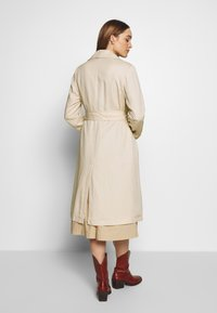 Marc O'Polo - TRENCH COAT DOUBLE BREASTED BELTED WELT POCKETS - Trenchcoat - raw sand - 2