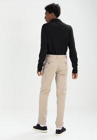 Marc O'Polo - VERNIK - Chino kalhoty - soybean - 2