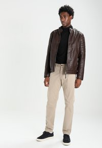 Marc O'Polo - VERNIK - Chino kalhoty - soybean - 1