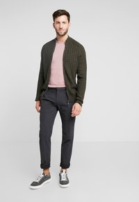 Marc O'Polo - CLEAN WITH TURNUP DARTS  - Pantalon classique - dark grey melange - 1