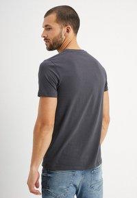Marc O'Polo - C-NECK - Basic T-shirt - gray pinstripe - 2