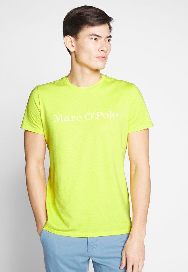 SHORT SLEEVE - T-shirt med print - primose yellow