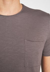 Marc O'Polo - SHORT SLEEVE ROUND NECK CHEST POCKET - T-paita - castlerock - 4