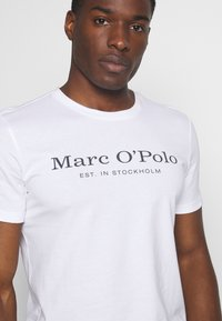 Marc O'Polo - SHORT SLEEVE ROUND NECK - Print T-shirt - white - 5