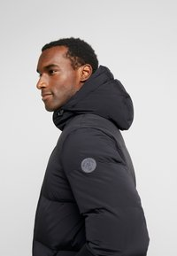 Marc O'Polo - REGULAR FIT LONG SLEEVE HOOD ZIP AND BUTTON PLACKET - Kurtka puchowa - black - 3