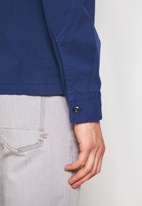 Marc O'Polo - LONG SLEEVE TWO PATCHED CHEST AND SIDE SEAM POCKETS - Summer jacket - estate blue - 6