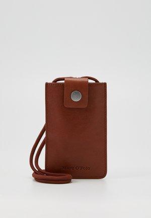 CHARLOTTE - Obal na telefon - authentic cognac