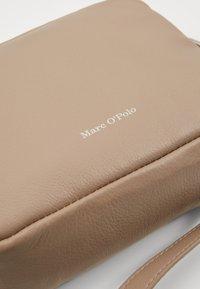 Marc O'Polo - CROSSBODY BAG - Taška spříčným popruhem - warm stone - 5