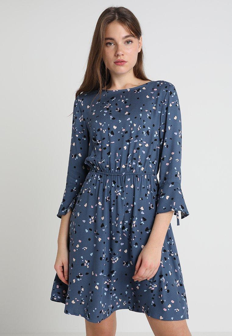 Mavi - PRINTED DRESS - Freizeitkleid - night shadow