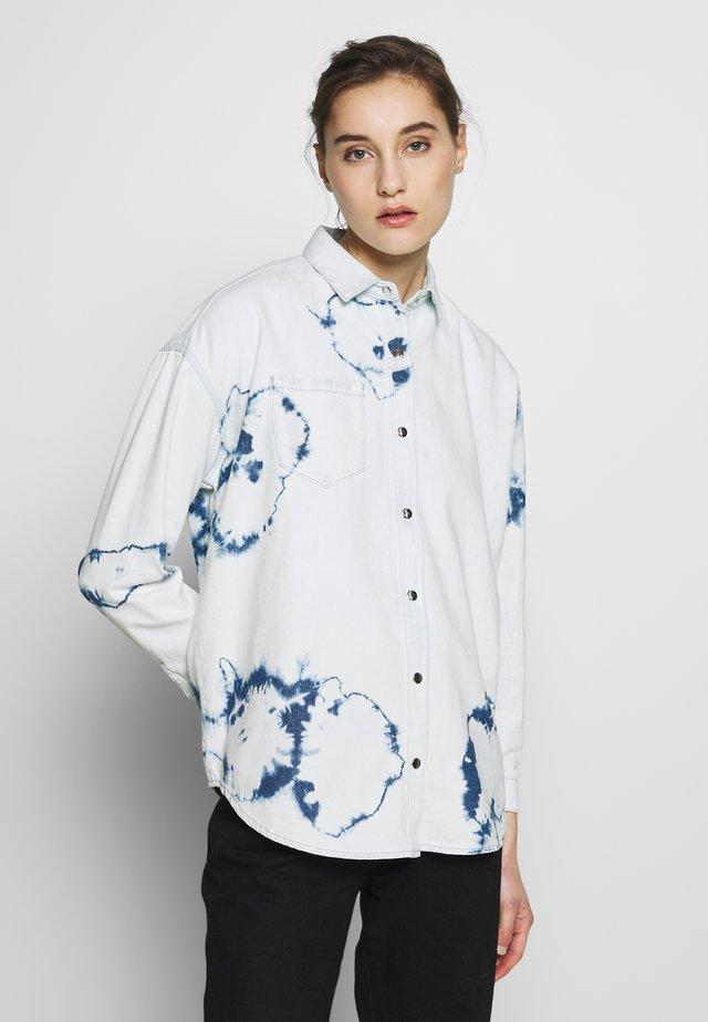 BLANCA - Skjortebluser - bleach tie dye denim