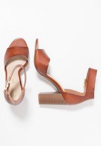 Madden Girl - HARPER - Sandalen met hoge hak - cognac paris - 3
