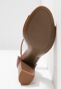 Madden Girl - HARPER - Sandalen met hoge hak - cognac paris - 6