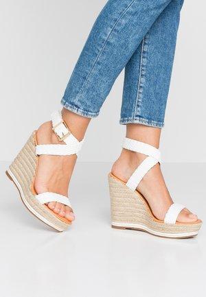 NARLA - Korolliset sandaalit - white