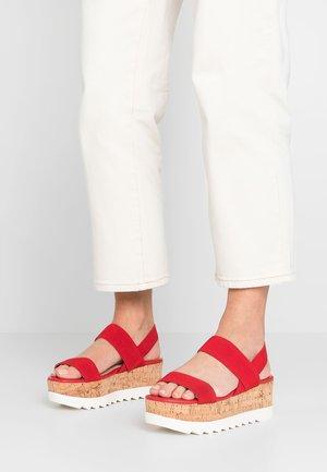 SIMONEE - Sandály na platformě - red