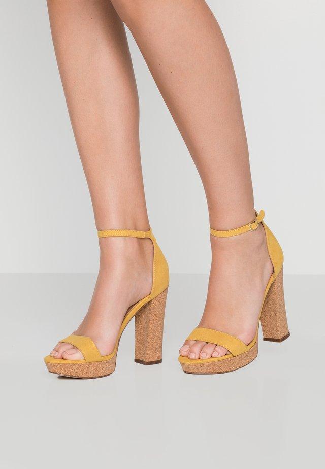 SUZEY - Sandalen met hoge hak - mustard