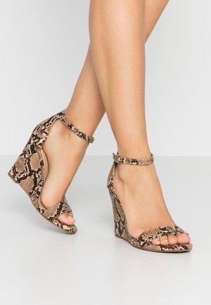 WILLOOW - Sandály na vysokém podpatku - brown