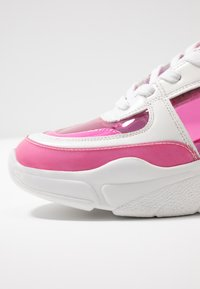 Madden Girl - CLARITE - Joggesko - pink/multicolor - 2