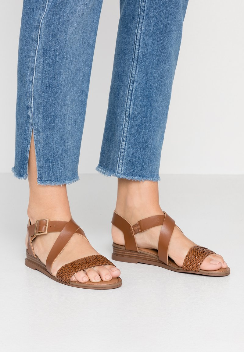Madden Girl - CIARA - Sandaletter med kilklack - cognac