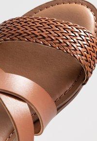 Madden Girl - CIARA - Sandaletter med kilklack - cognac - 2