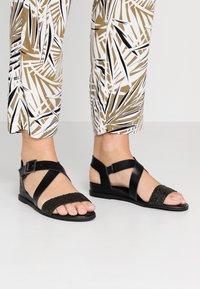 Madden Girl - CIARA - Sandaletter med kilklack - black - 0