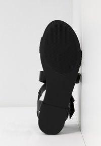 Madden Girl - CIARA - Sandaletter med kilklack - black - 6