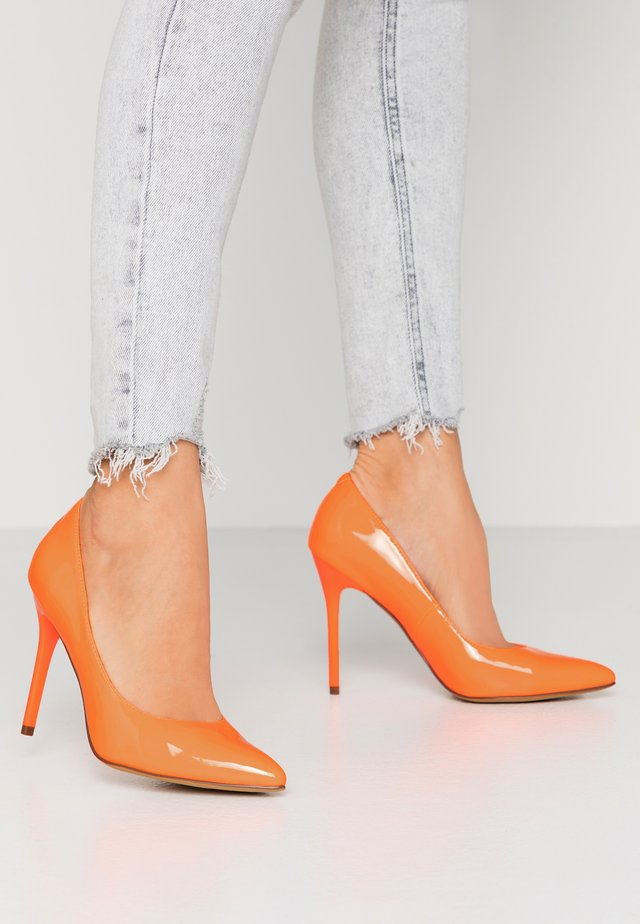 PERLA - Højhælede pumps - orange neon