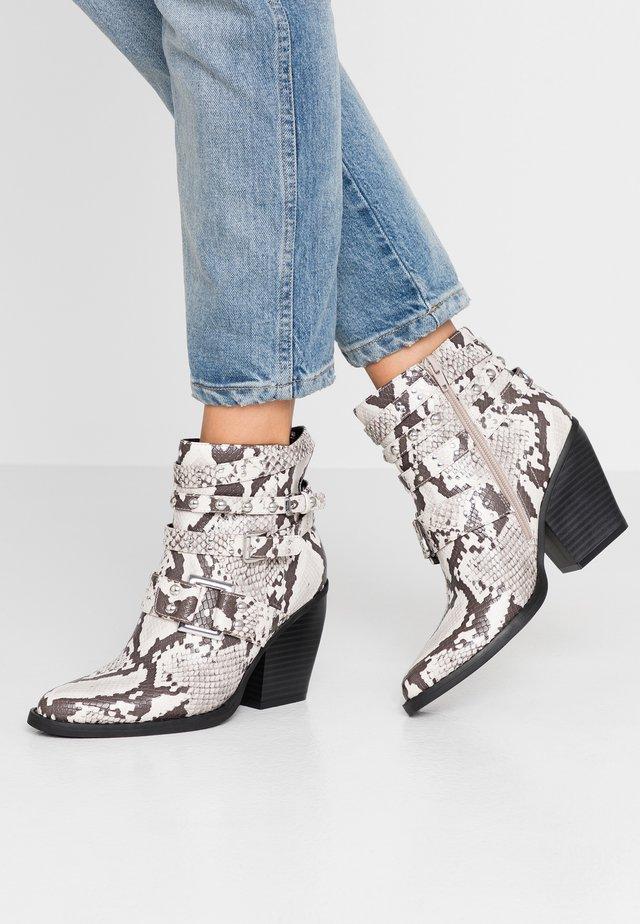 KALLEB - High Heel Stiefelette - black/whte