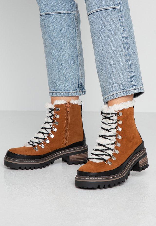 JACK - Kotníkové boty na platformě - whiskey