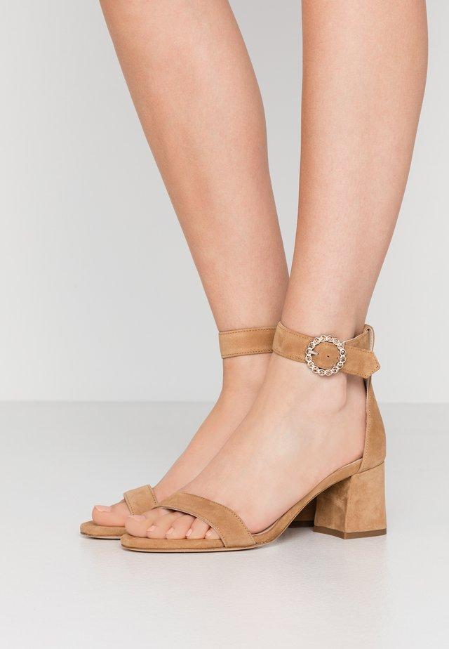 FARIOZ - Sandaalit nilkkaremmillä - camel