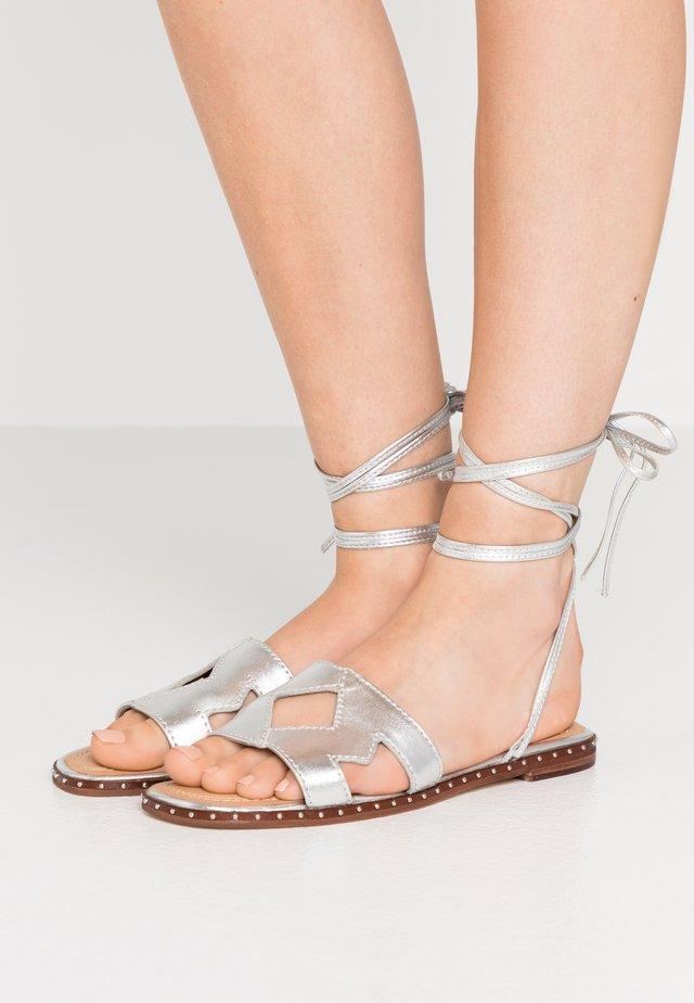 Sandaalit nilkkaremmillä - argent