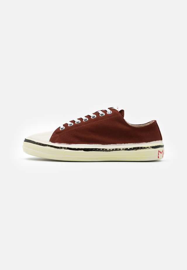 Trainers - dark burgundy/white