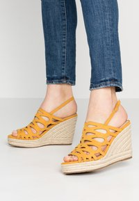Mariamare - Korolliset sandaalit - mostaza - 0