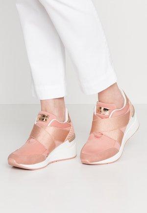 Matalavartiset tennarit - rosa/nude