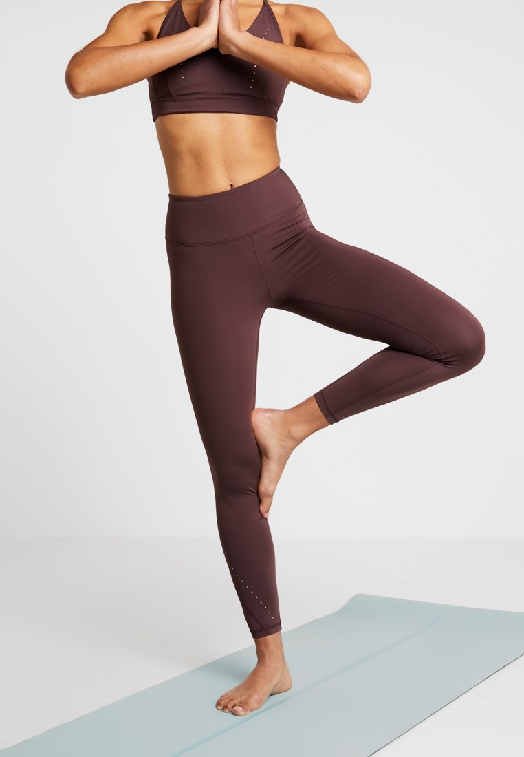 Manduka - REVELATION STUDDED LEGGING - Legginsy - fig