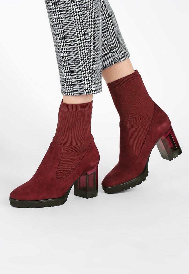Marcel Ostertag x Tamaris - Platform ankle boots - merlot