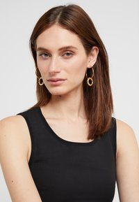 Maria Black - SENORITA HOOP PAIR POPPY CHARM - Earrings - gold-coloured - 1