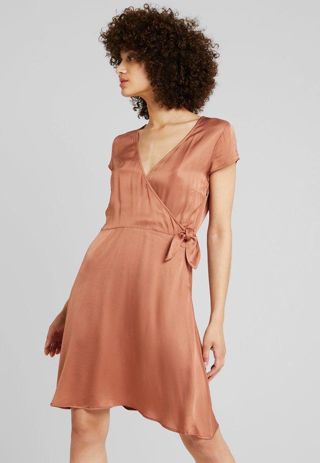 JANNE - Denní šaty - golden oak